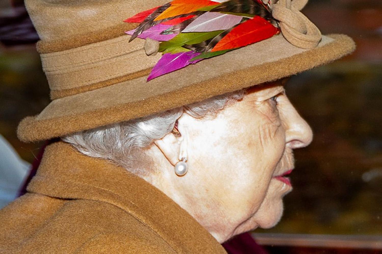 Regina-Elisabetta-II-indossa-gli-apparecchi-acusticie-audio-bm-centri-acustici-info-blog